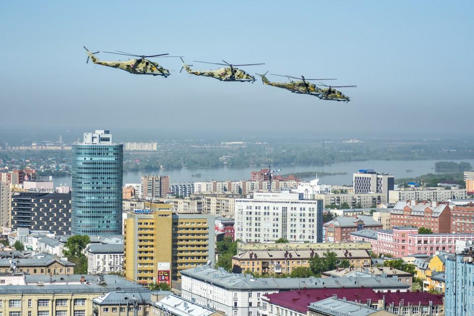 Чтобы разглядеть вертолеты, пришлось подняться повыше.