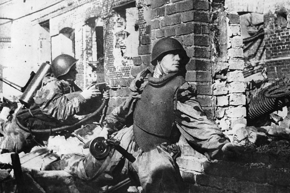 Участники уличных боев в Сталинграде, 1942 год. Фотохроника ТАСС