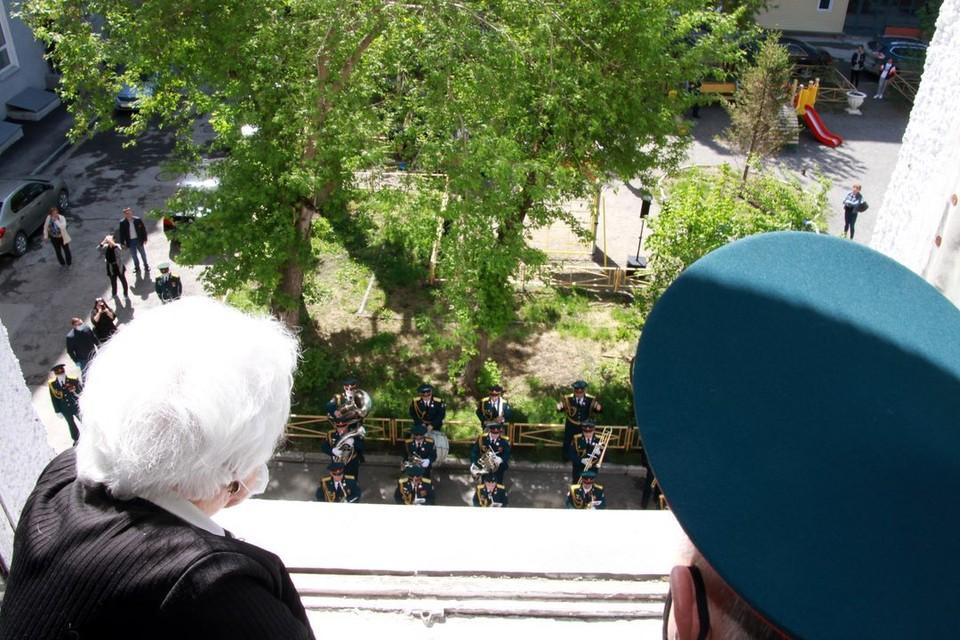 Под окнами ветеранов зазвучал военный оркестр. Фото: предоставлено Сибирским округом войск национальной гвардии РФ.