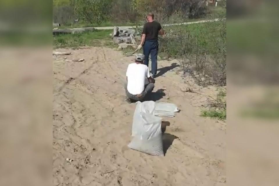 Сибирячку возмутили водитель и его рабочие, ворующие песок с общественного пляжа. Фото: стоп-кадр.