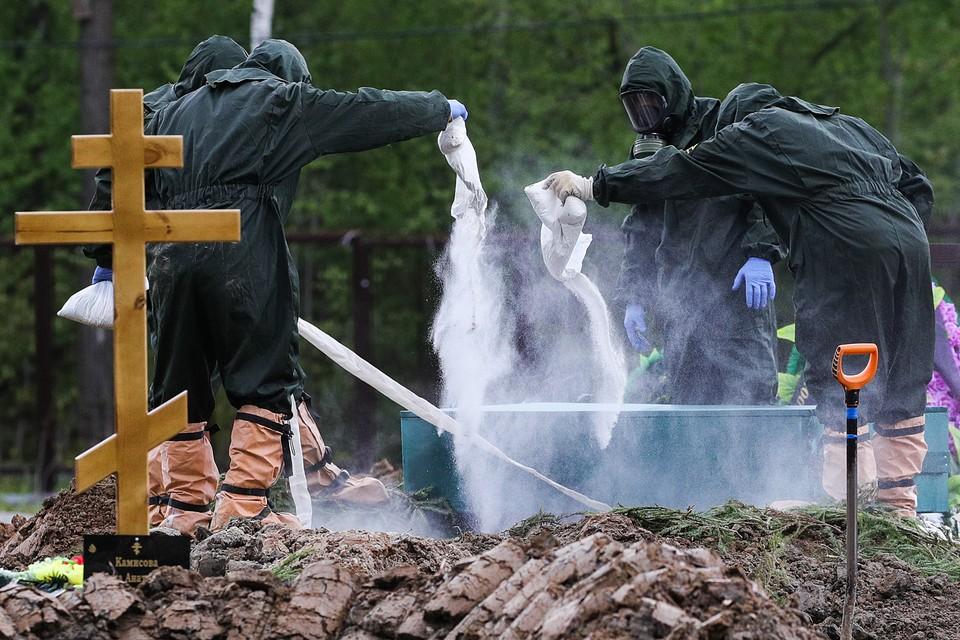 Фоторепортаж «Комсомольской правды» повествует о том, как в настоящее время хоронят людей, погибших от коронавируса в Москве. Фото: Сергей Бобылев/ТАСС