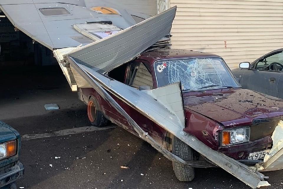 В Петербурге сторож автосервиса протаранил машину грабителей прямо сквозь ворота. Фото: vk.com/spb_today