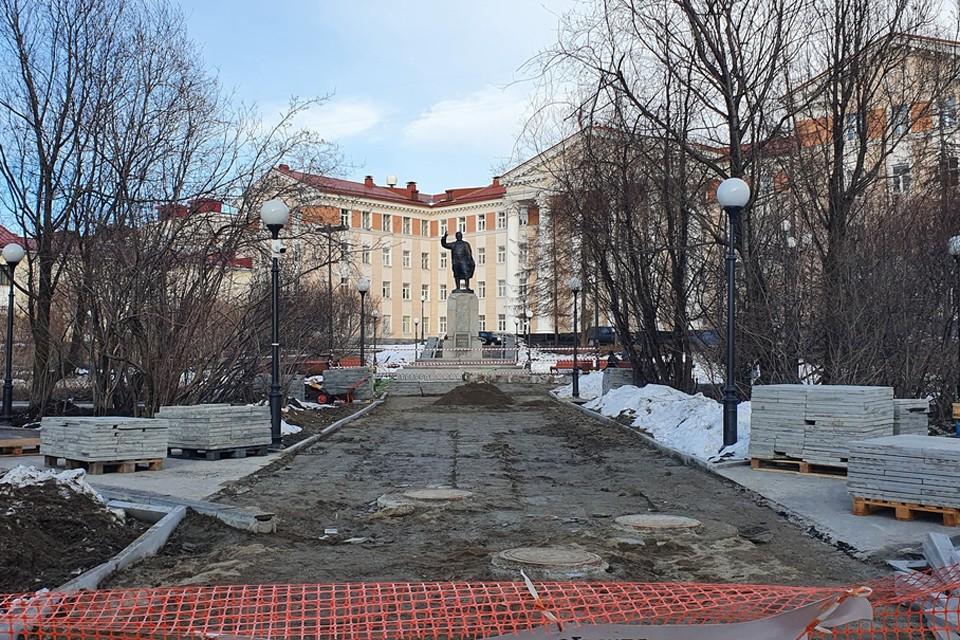 В сквере возле памятника Кирову вновь закипели работы. Фото: Надежда Пархоменко