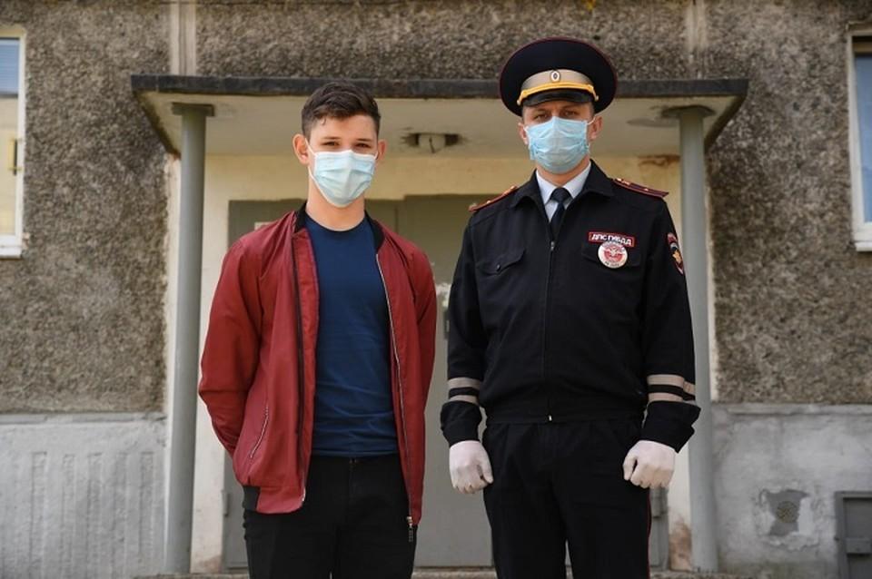 15-летний Ильяс Ахматгалиев (слева) и инспектор ДПС младший лейтенант полиции Андрей Шипицын (справа). Фото: пресс-служба ГУ МЧС по Свердловской области.