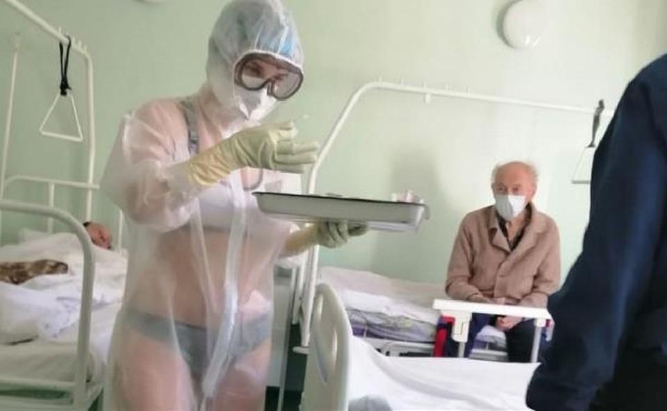 В Туле вызвала резонанс история с медсестрой, надевшей защитный костюм поверх купальника.