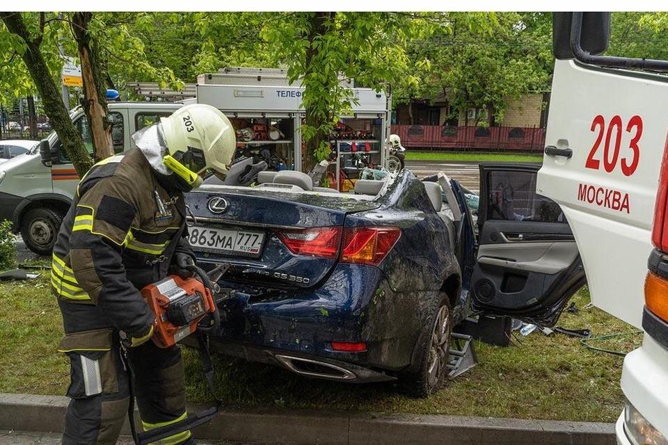 Иномарку распилили чтобы спасти людей внутри. Фото: Департамент ГОЧС и ПБ Москвы