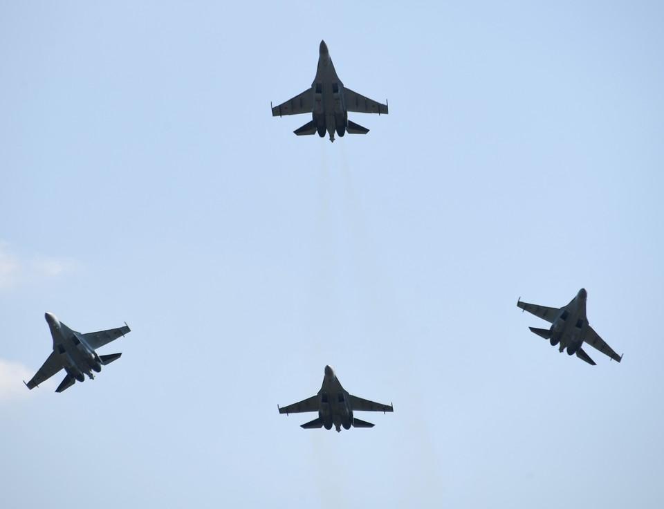 Наш истребитель Су-35 выиграл крупнейший экспортный заказ в своей истории. На этот раз покупателем стал Египет. Он захотел приобрести 26 таких боевых машин.