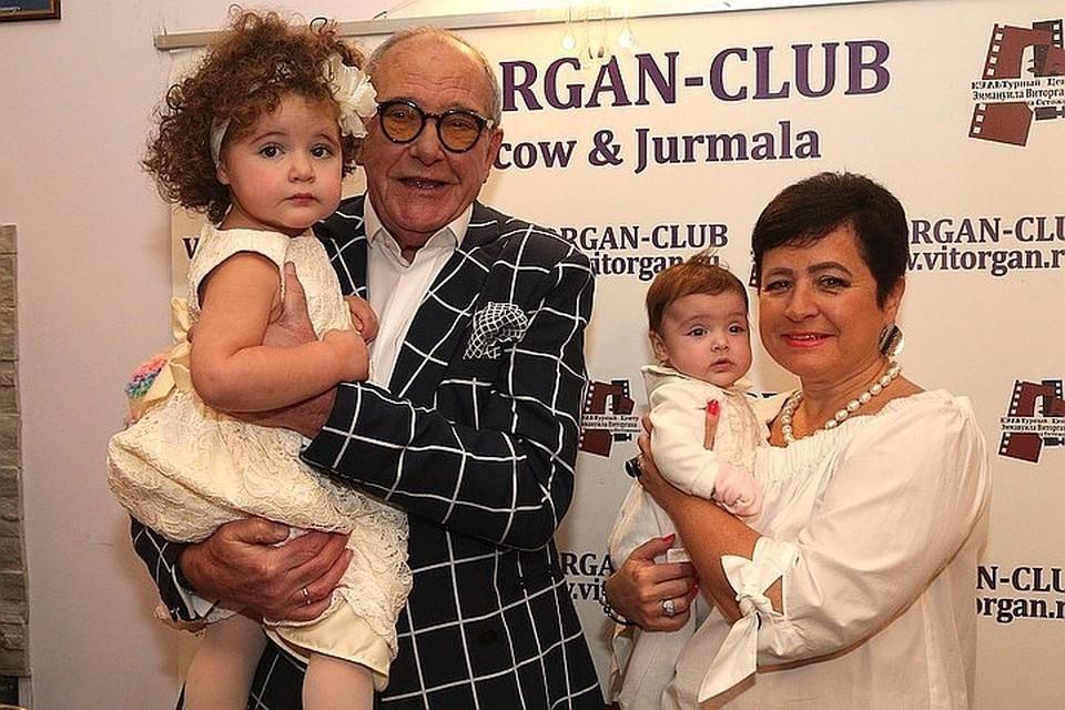 Жена Эммануила Виторгана с маленькими дочками на руках упала с качелей