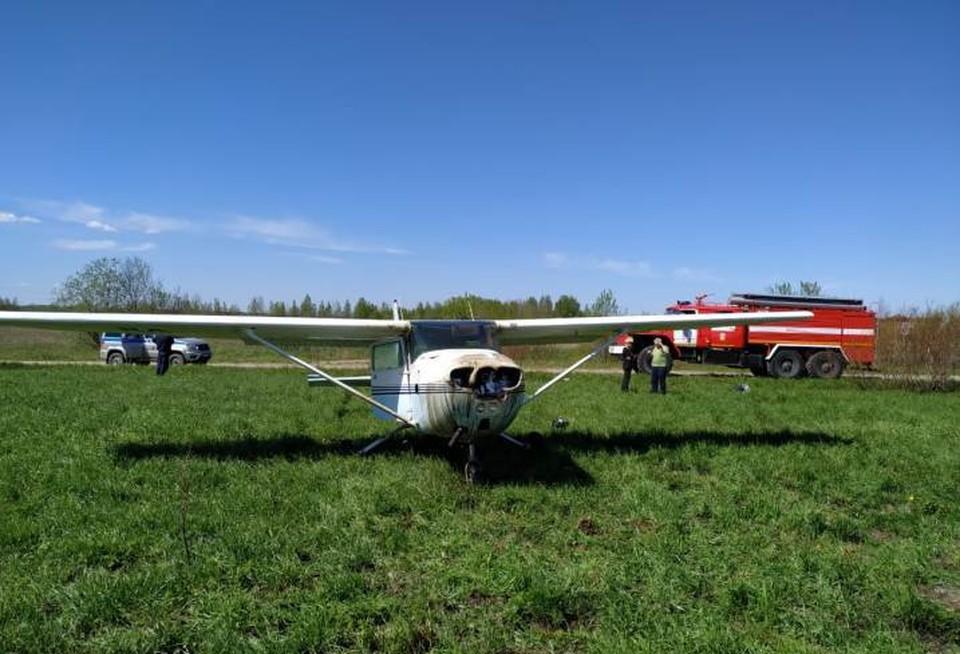 Самолет посадили в поле Фото: ГУ МЧС по ЛО