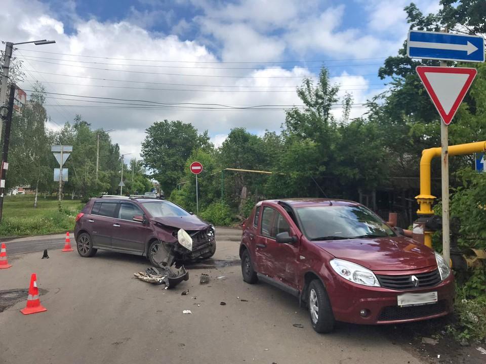 Из-за столкновения двух машин пострадал пешеход
