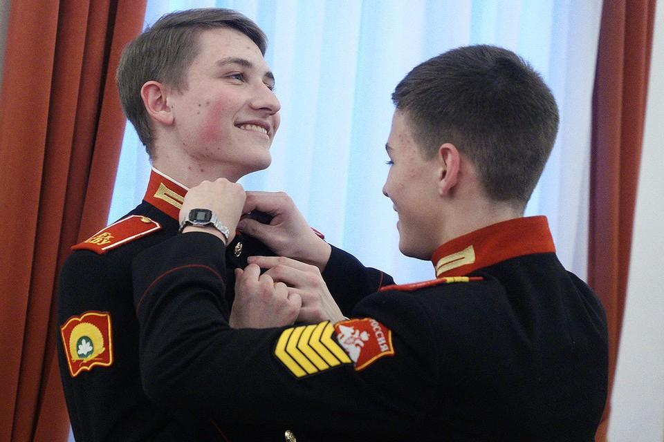 Екатеринбургское суворовское военное училище. Суворовцы во время занятий бальными танцами.