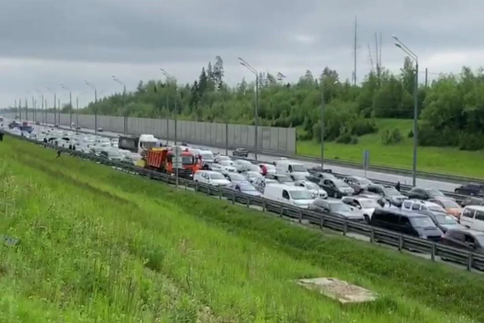 На Новорижском шоссе в Подмосковье этим утром образовалась пробка длиной около 3 километров.