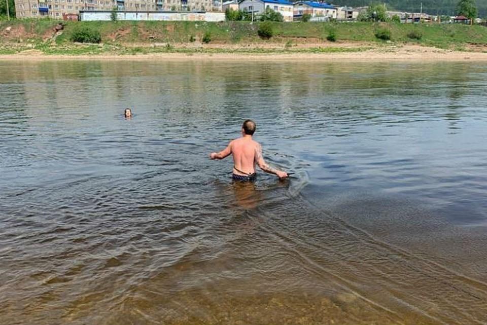 Спасатели вытащили из реки женщину, которую уносило течением. Фото: ГУ МЧС России по Иркутской области.