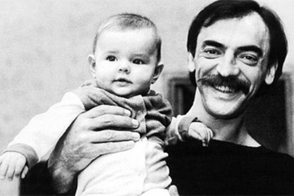 Маленькая Лиза Боярская на руках у папы.