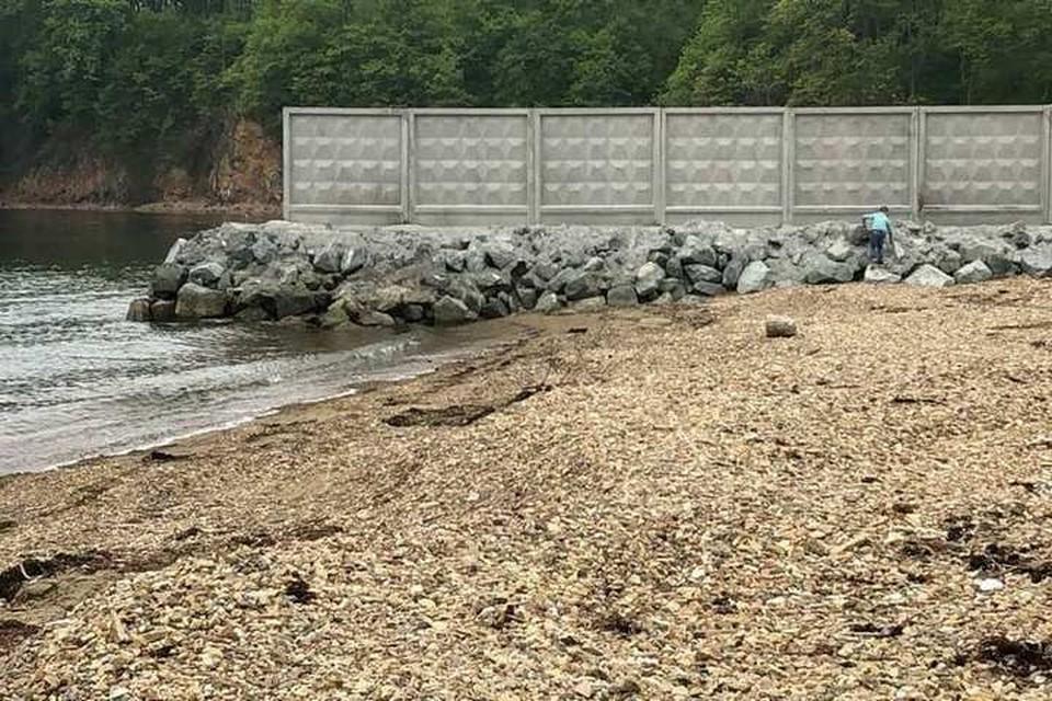 "Территорию бухты ""Три поросенка"" разграничили бетонным забором. Фото: dps_vl125."
