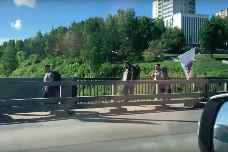 Некоторые паломники идут налегке - только с флагами и крестами. Фото: скриншот с видео Владислав Крысов, vk.com/zlo43