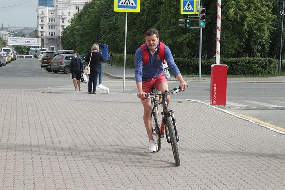 Пресс-секретарь главы Челябинска Владимир Сафонов 3 июня отправился на работу на велосипеде