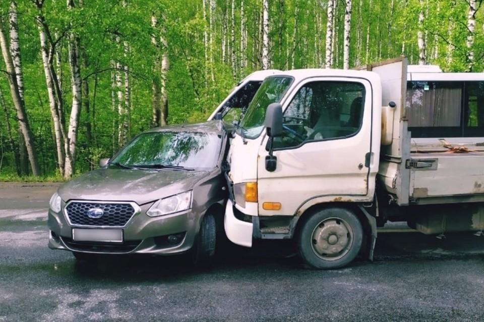 """Пенсионер на """"Датсуне"""" отправил себя и пассажира-ребенка в больницу, решив развернуться на оживленном Петрозаводском шоссе. Фото: vk.com/dorinspb"""