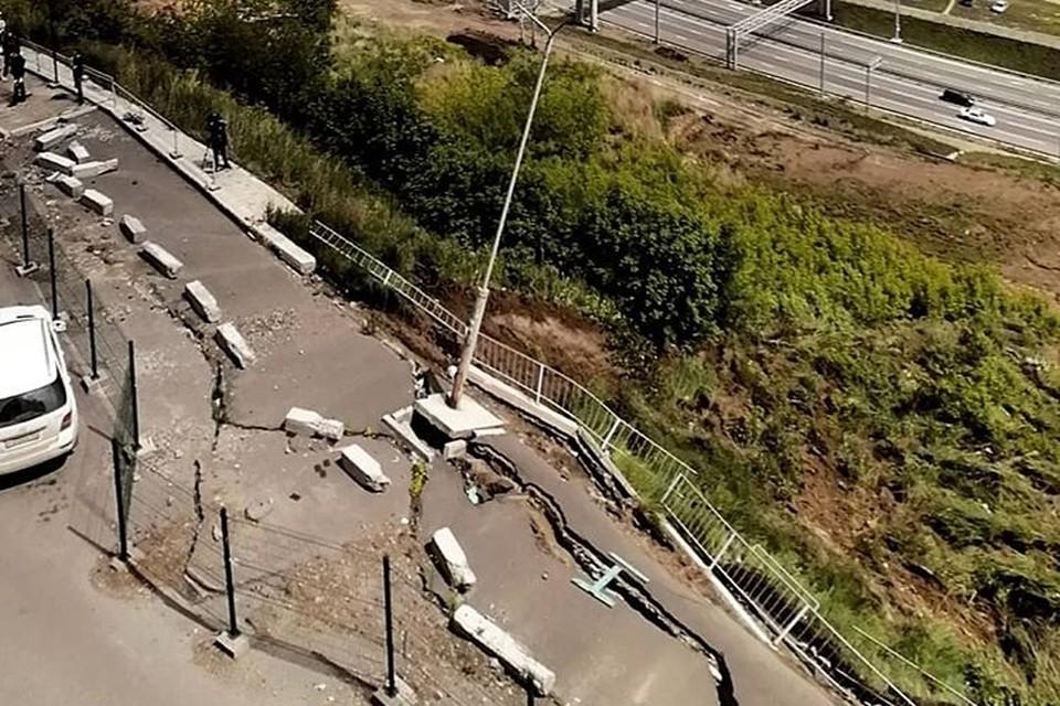 В Красноярске парковка сползает со склона вниз. Фото: соцсети