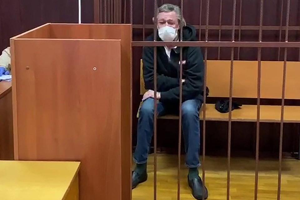 Видео с плачущим в клетке Ефремовым появилось в сети