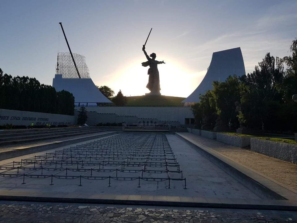 Для концерта на Мамаевом кургане построили огромные декорации. Фото: Русское концертное агентство.