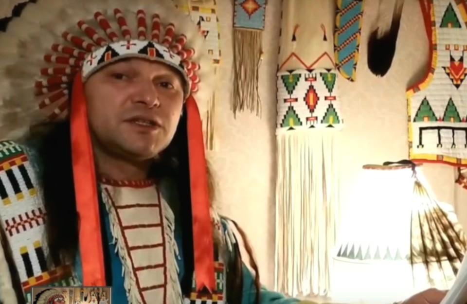 В вигвам-читальне Иван Иванов рассказывает индейские сказки и легенды. Фото: кадр с видео