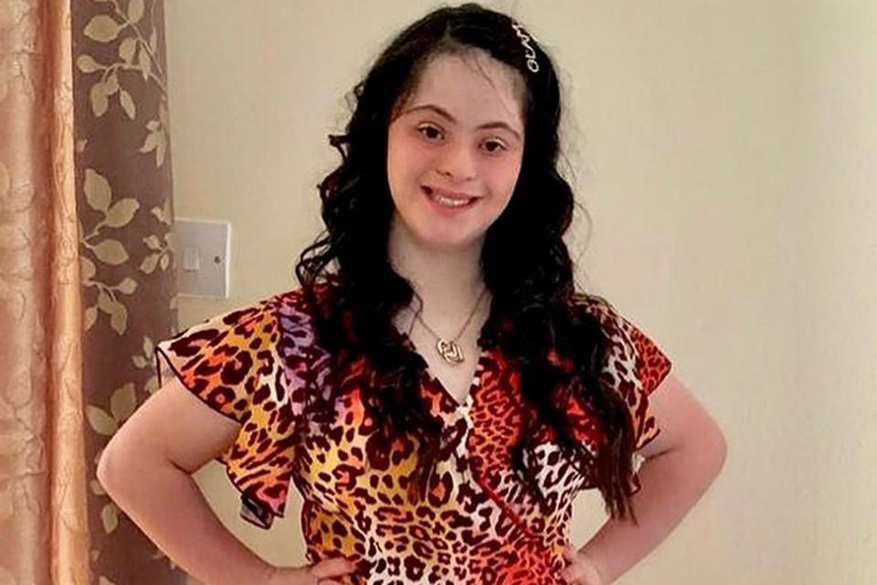 Элли Голдштейн 18 лет, она обожает чтение, театр, танцы и выступать на сцене.