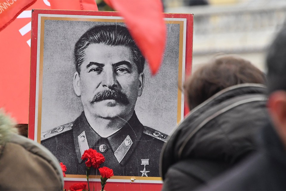 Попытка повесить портрет Сталина обернулась смертельной травмой.
