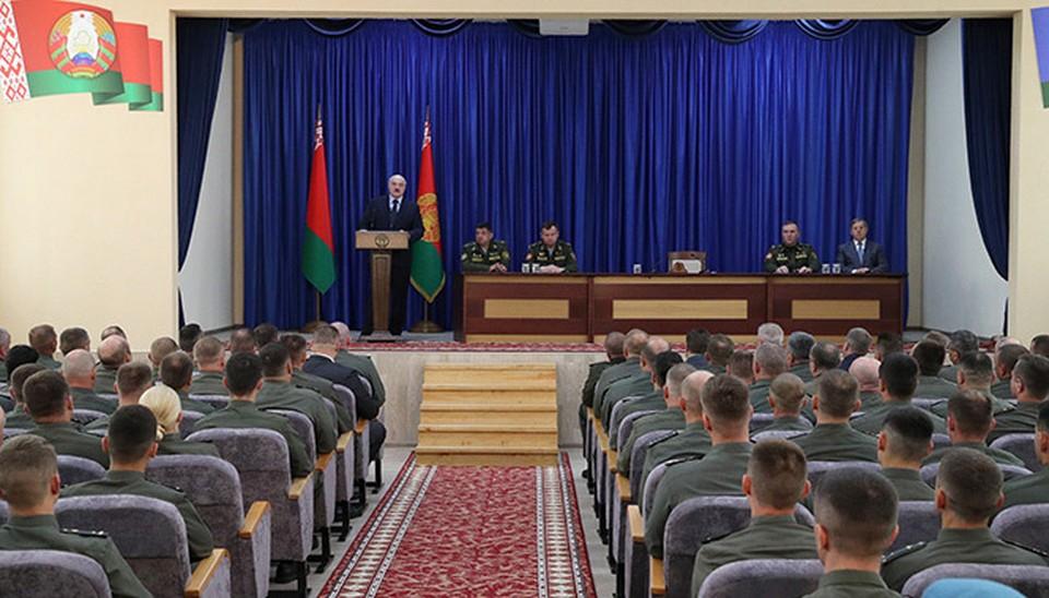 Лукашенко говорил с военными про экономику и коронавирус. Фото: пресс-служба президента.