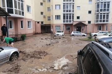 В Могилеве жители после ливня вышли с лопатами, чтобы откопать из грязи машины