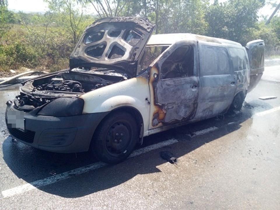 В службу спасения обратились очевидцы: в селе Песчаном недалеко от линии электропередач горит автомобиль. Фото: официальный сайт МЧС по РК.