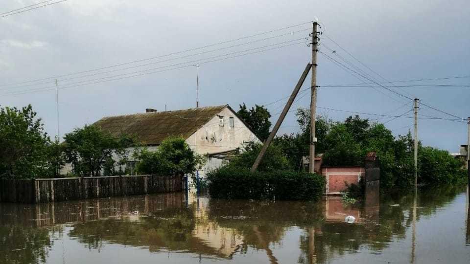 Сотрудники службы спасения установили, что из-за обильных осадков в селе Гвардейское четыре придомовых участка залило водой. Фото: официальный сайт МЧС по РК.