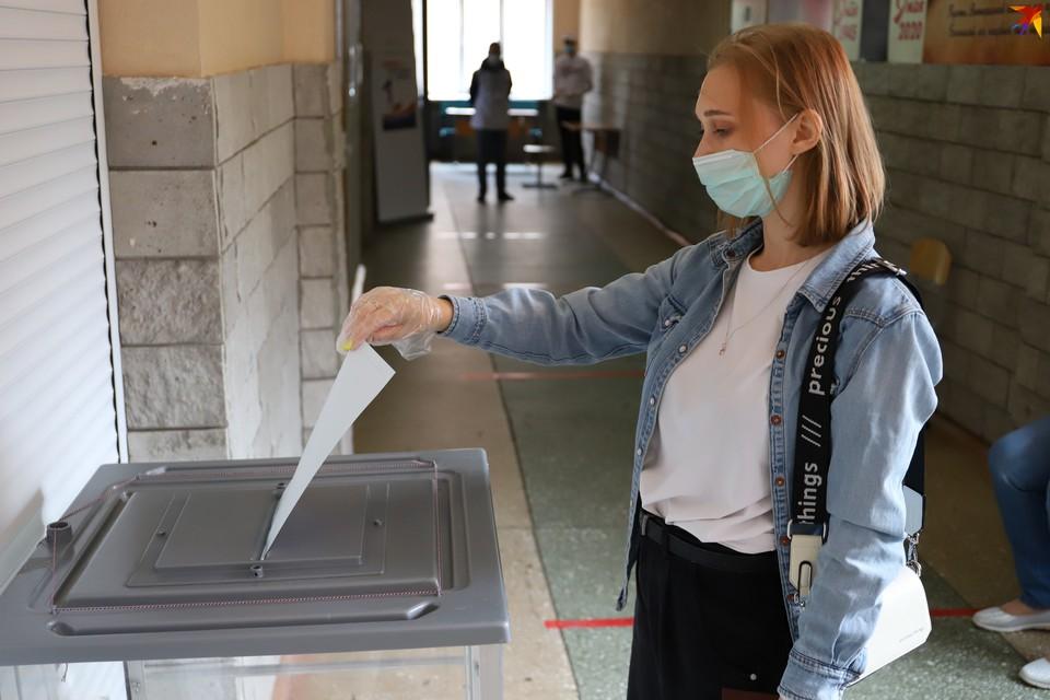 Днем на участке 4/01 мы застали всего несколько голосующих, но, по словам представителей избирательной комиссии, горожане приходят на участок с раннего утра.