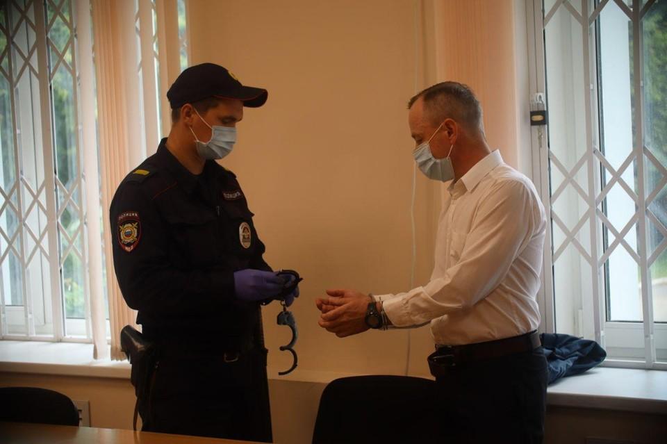 На Валерия Сыропятова надели наручники в зале суда.