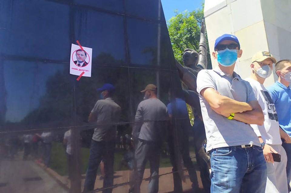 Участники #REакции просят привлечь к ответственности и спикера парламента Дастана Джумабекова. Они считают голосование по законопроекту недействительным из-за отсутствия кворума. Депутаты голосовали за коллег, отсутствовавших в зале заседаний.