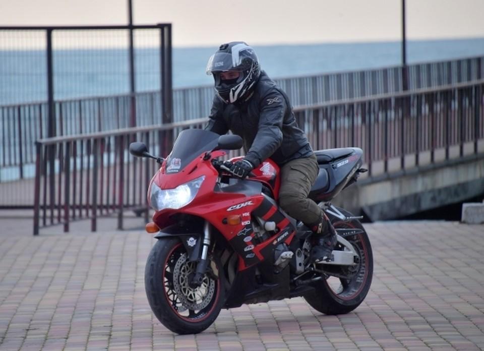 28-летний водитель мотоцикла Suzuki выехал в сторону Феодосии из Орджоникидзе и не справился с управлением.