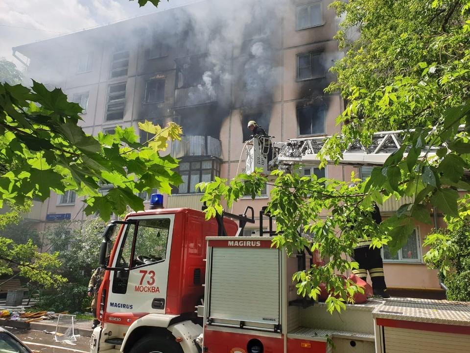 Один человек погиб в пожаре на северо-востоке Москвы. Фото: пресс-служба МЧС