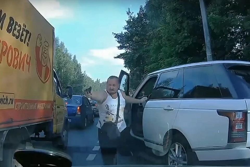 """На Выборгском шоссе в Санкт-Петербурге обиженный """"обочечник"""" пытался расстрелять оппонента."""