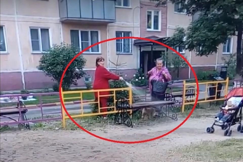 В Бердске старшая по дому поливает песок на площадке, родители с детьми, которые еще играют, против. Фото: кадр из видео, опубликованного на портале kurer-sreda.ru