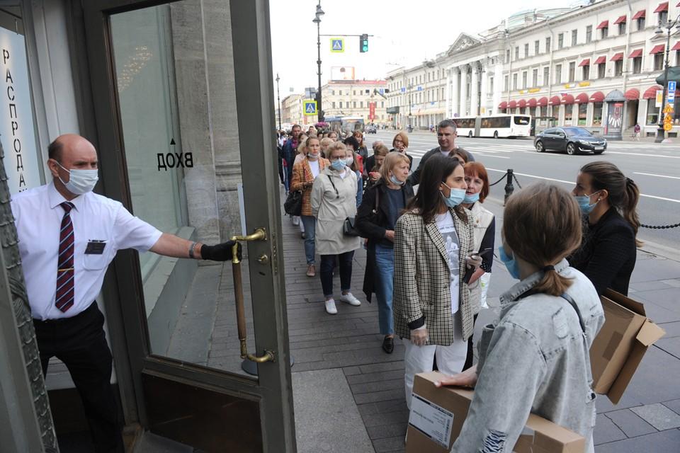 От входа в знаменитую Zara на Невском проспекте «хвост» тянется почти до Мойки.