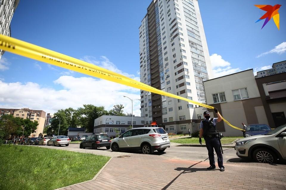 Жильцы многоэтажного дома, где произошла трагедия, в шоке от случившегося.