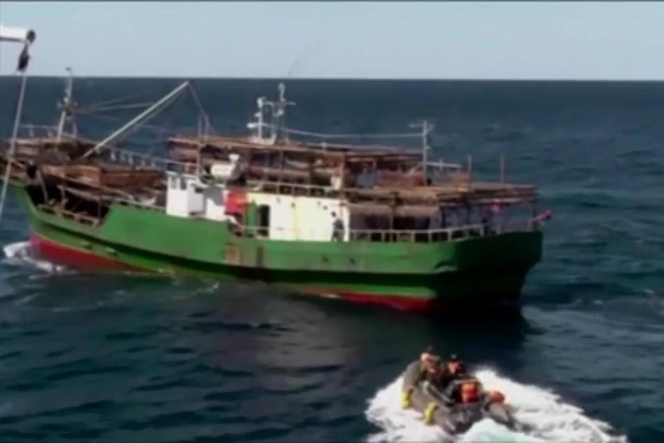 В сентябре 2019 года российские пограничники в ходе рейда в Японском море задержали рыболовное судно КНДР, экипаж которого вылавливал кальмара. Фото: оперативная съемка ФСБ России