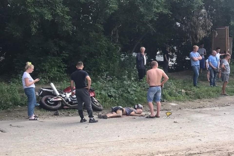 Мотоциклист врезался в бордюр и упал. Фото: «АСТ-54»