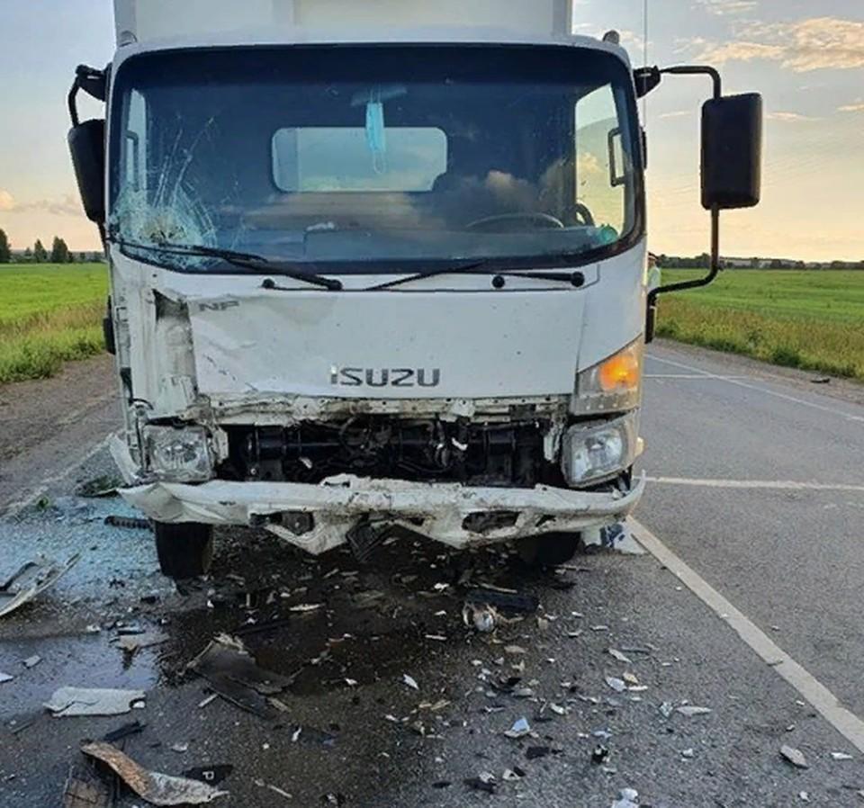 Водитель автомобиля «Рено Символ» погиб на месте после столкновения с грузовиком.