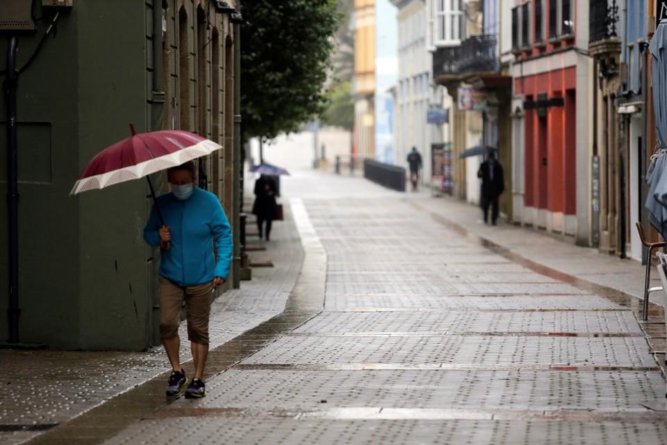 Власти северо-западного региона Испании, Галисии, где проживает 70 тысяч человек, вновь ввели жесткий карантин из-за новой вспышки COVID-19.
