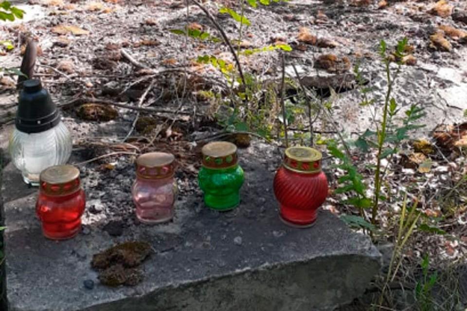 Лампадки на месте захоронения. Фото: Сергей Колчин