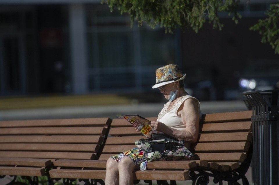 Масочный режим не отменяется. А старикам рекомендовали лишний раз еще не выходить на улицу.
