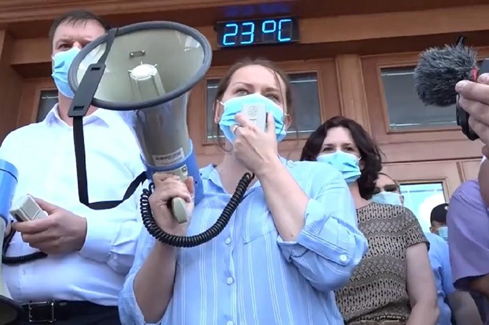 Надежда Томченко (в центре) просит собравшихся на стихийный митинг хабаровчан разойтись, чтобы не нарушать закон. Скриншот видео