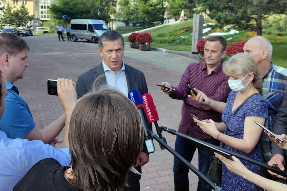 В неспокойный Хабаровск в понедельник прилетел полпред президента на Дальнем Востоке Юрий Трутнев.
