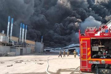 Столб дыма виден отовсюду: в Самаре вспыхнул склад с декоративными пленками на 2000 квадратных метров